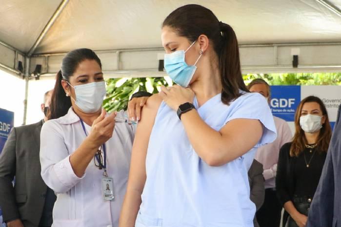 Emoção e esperança marcam início da vacinação contra Covid-19 no DF