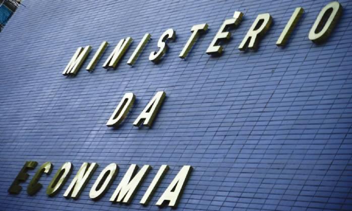 Ministério pede avanço de reformas para manter fábricas no país