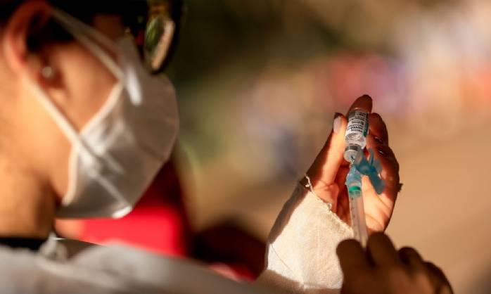Restrição de idade para AstraZeneca zera coágulos raros, diz estudo