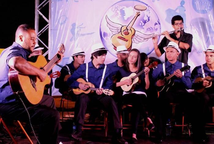 Orquestra de Cavaquinhos de Brasília faz show no parque da cidade