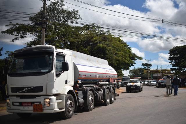 Mais de 400 mil litros de combustível abasteceram postos do DF na manhã desta segunda (28)>
