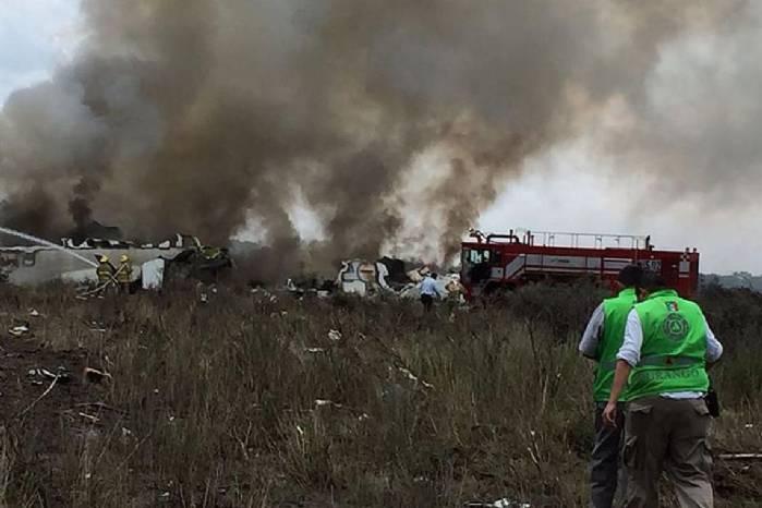 Os 103 ocupantes do avião que caiu no México estão vivos, diz empresa