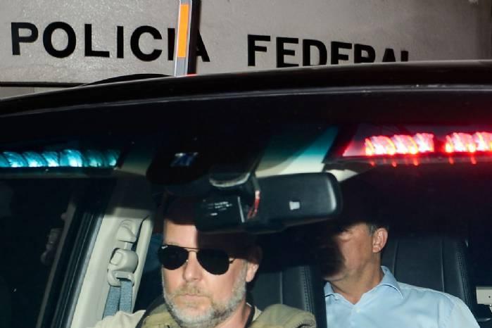 Cabral decide ficar em silêncio durante audiência com juiz>