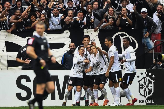Corinthians vence e garante folga de oito pontos na liderança