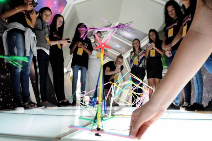 Meninas e ciência: organizações suecas e GDF estimulam aprendizado>