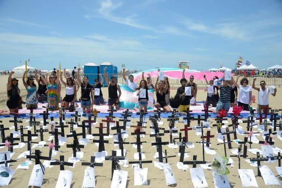Protesto na Praia de Copacabana lembra a morte de 144 pessoas trans no país