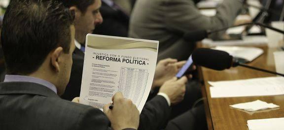 Distritão valerá nas eleições de 2018 e 2020; votação dos destaques volta às 10h
