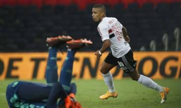 São Paulo goleia o Flamengo e avança à semi da Copa do Brasil
