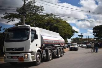 Mais de 400 mil litros de combustível abasteceram postos do DF na manhã desta segunda (28)