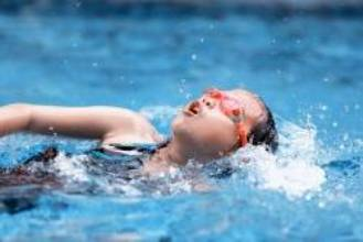 Cuidado com água no ouvido; casos de otite são comuns em crianças durante o verão