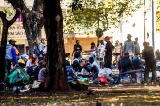 Após ação policial, usuários de crack voltam à praça no centro de São Paulo
