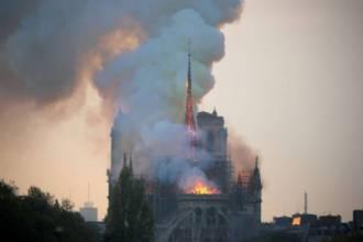 França aprova lei para reconstruir Catedral de Notre-Dame